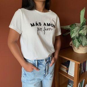 """A New Day White """"MÁS AMOR por favor"""" T-shirt"""